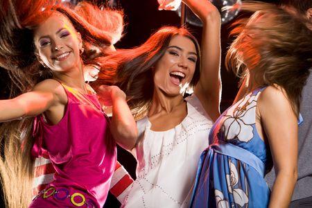 chicas divirtiendose: Foto de alegres adolescentes que se divierten en la pista de baile Foto de archivo