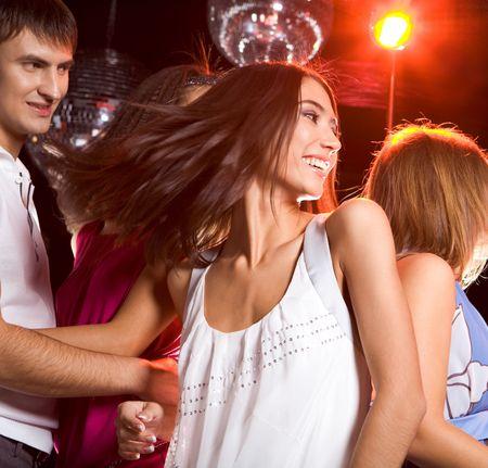 tanzen paar: Foto von energetischen M�dchen tanzen in der Nacht-Club mit ihrem Freund Blick auf ihre
