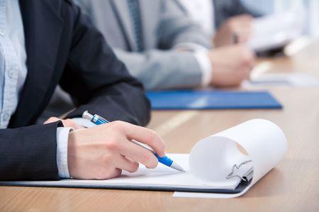entrevista: La mano del hombre con la pluma sobre el papel listo para escribir algo Foto de archivo