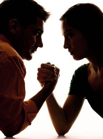 rostro mujer perfil: Close-up de cifras oscuras del hombre y la mujer teniendo en lucha