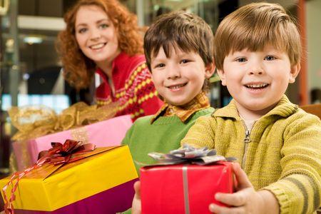 ni�os contentos: Linda hija y que la celebraci�n de bonito regalo de Navidad mirando con sonrisa Foto de archivo