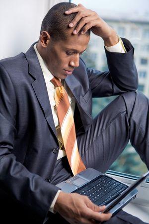 garcon africain: Photo du beau travail des employ�s de bureau avec ordinateur portable � l'avant