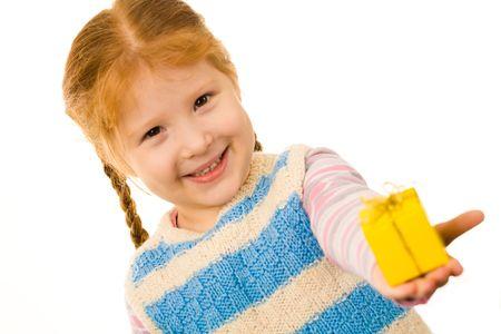 ni�os contentos: Poco pelirrojas ni�a peque�a que alguien presente en la casilla amarilla y sonriente Foto de archivo