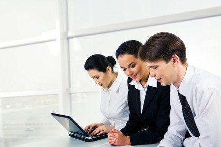 businesspartners: Retrato de dos businesspartners comunicaci�n al mismo tiempo, en el documento con la empresaria en el fondo