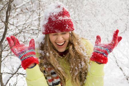 persona feliz: Retrato de mujer hermosa tornillo hasta los ojos durante el juego de bola de nieve Foto de archivo