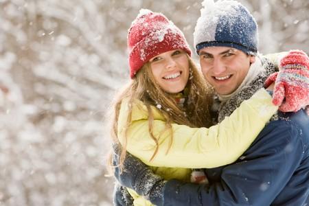 ni�as sonriendo: Retrato de novia y novio abrazando uno al otro