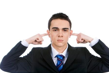 Portrait d'homme intelligent de maintien de son dans les oreilles les index montre qu'il est agacé