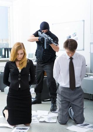 mujer arrodillada: Foto de la empresa co-trabajadores permanentes en las rodillas al estar destinada a terroristas por el mal Foto de archivo