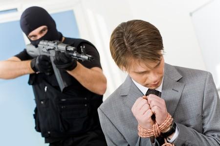 atados: Retrato de confundirse con el empresario vinculado manos siendo perseguidos por gangsters pistola apuntando hacia �l Foto de archivo