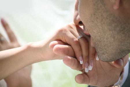 personas besandose: Close-up de novias novio besando la mano despu�s de poner su anillo de boda en el dedo