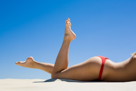 nalga: Imagen de las mujeres hermosas piernas en el fondo de cielo Foto de archivo