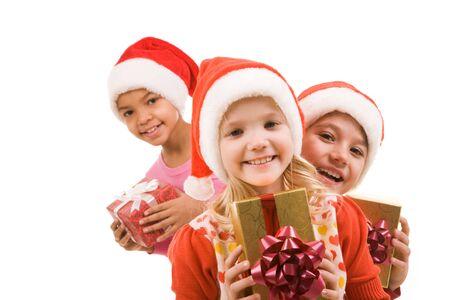 enfants qui rient: Fille heureuse avec giftbox en regardant cam�ra avec ses amis � fond