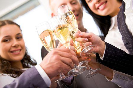 felicitaciones: Close-up de manos de amigos celebraci�n de gafas con champ�n y haciendo saludos