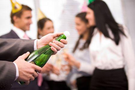 eventos especiales: Imagen de hombres manos sosteniendo la botella de champ�n y lo uncorking