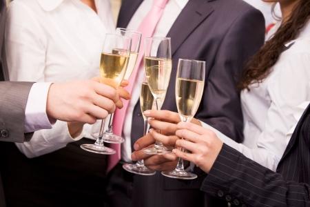 festive occasions: Close-up de manos humanas animando con flautas de champagne espumoso  Foto de archivo