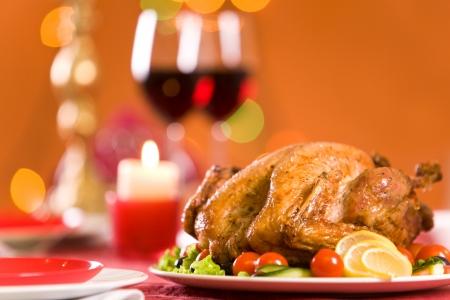comida de navidad: Imagen de Pavo asado, rodeado por vegs sobre mesa festiva Foto de archivo