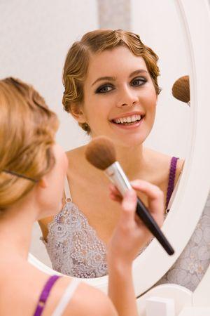 spiegels: Afbeelding van tamelijk vrouwelijke in de spiegel kijken en doen make-up