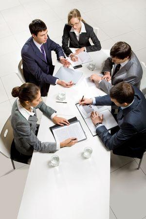 reuniones empresariales: Equipo de cinco personas de negocio, discutir una cuesti�n importante en la reuni�n informativa  Foto de archivo