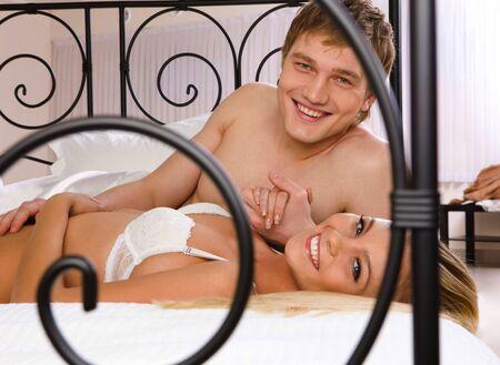 intymno: Zdjęcie szczęśliwy mąż i żona leżącego na łóżku i spojrzenie na siebie