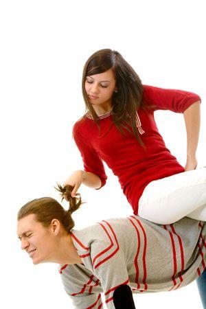 celos: Retrato de joven atractiva, tirando de su pelo de novio mientras estaba sentado en su espalda