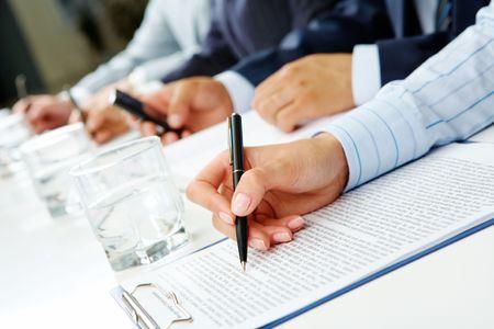 cuadro sinoptico: Imagen de fila de las manos de gente haciendo algo en seminario de negocios