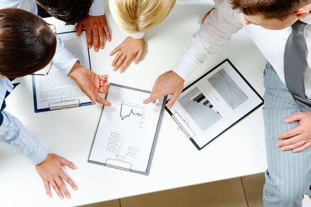 planowanie: Powyżej widoku przyjaznego workteam omawianie biznesplanu  Zdjęcie Seryjne