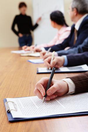 lineas verticales: Fila de gente de negocios haciendo notas durante la presentaci�n