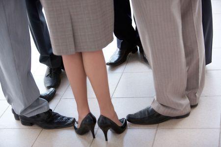 compa�erismo: asociados de negocios de pie en el c�rculo simboliza el compa�erismo y la unidad
