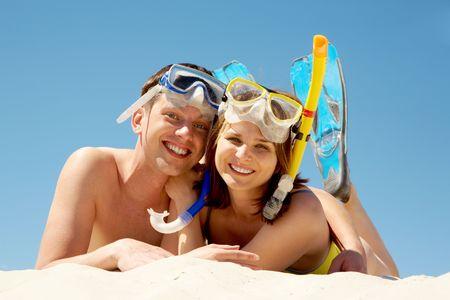 aqualung: Ritratto di allegro paio in aqualungs guardando la fotocamera con sorrisi