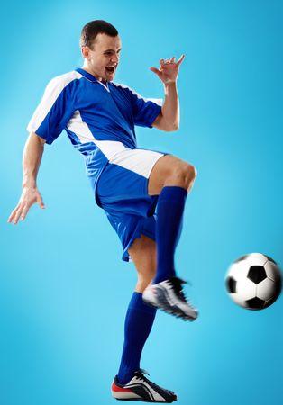 dinamismo: Ritratto di colpire la palla del giocatore di calcio