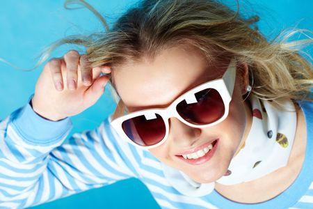 eye wear: Retrato de mujer de moda hermoso llevando gafas de sol
