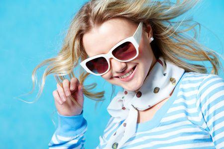 glass eye: Retrato de la bella joven sonriente, llevando gafas de sol posando en la c�mara