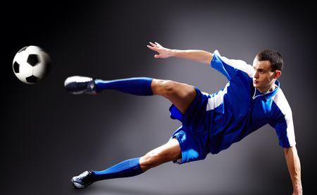 sportsman: Imagen de jugador de f�tbol haciendo patada voladora con bola
