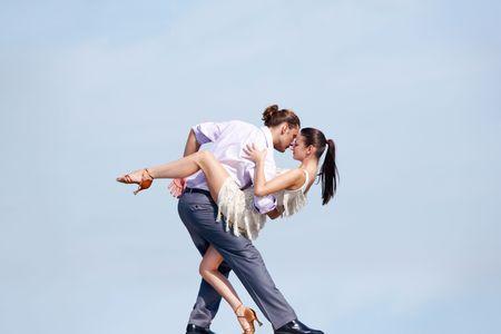 chicas bailando: Imagen de hermosa pareja bailando fuera Foto de archivo