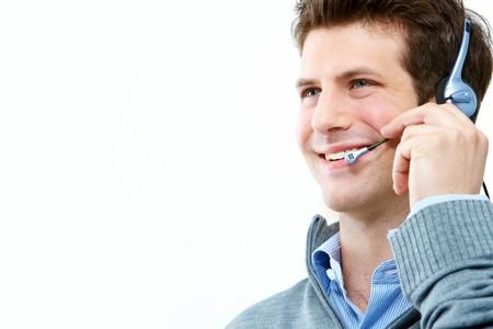 mobile headset: chico guapo, hablando sobre el kit manos libres port�til sobre fondo blanco