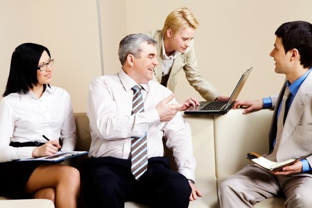 personas comunicandose: Retrato de comunicaci�n en la Oficina de socios de negocios