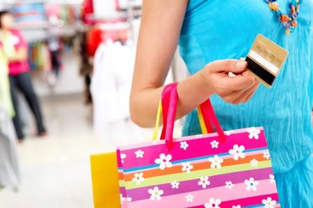 consommateurs: Gros plan de femme maintenant son sac de carte de cr�dit et carring