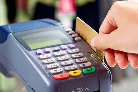 electronics store: Dettaglio della mano femmina facendo acquisto mediante pagamento macchina