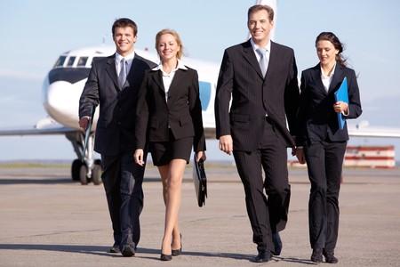 gente aeropuerto: Imagen de caminar a trav�s del aeropuerto de equipo de negocio