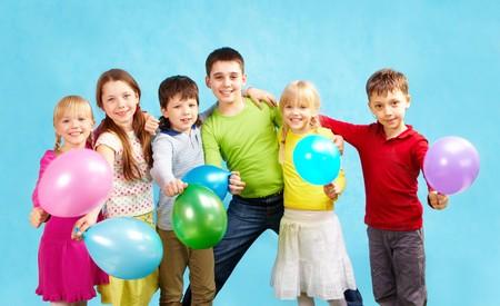 ni�os contentos: Retrato de los ni�os sonrientes celebraci�n de globos y abrazando a cada uno de los otros