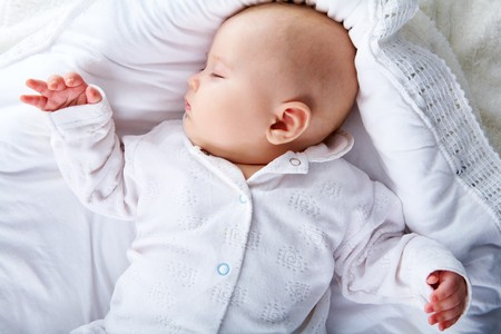 ni�o durmiendo: Close-up de dulce beb� durmiendo en la cuna
