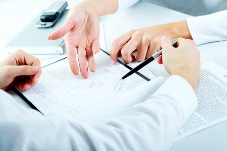 財源: 新しいプロジェクトを計画するビジネス人々 のクローズ アップ