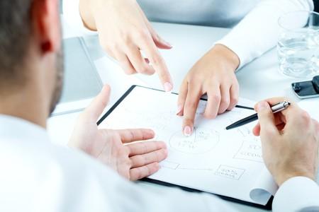recursos financieros: Close-up de la gente de negocios sentado en la mesa y discutir un nuevo proyecto