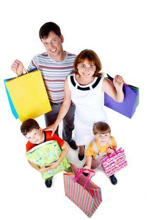 consommateurs: heureuses parents et fr�res et s?urs avec des sacs de sourire � la cam�ra
