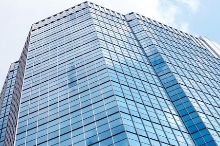 edificio cristal: Imagen del moderno edificio contra el cielo nublado