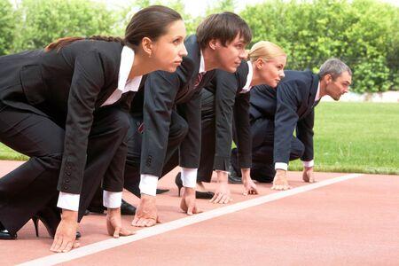 business rival: Fila de gente de negocios getting ready for raza
