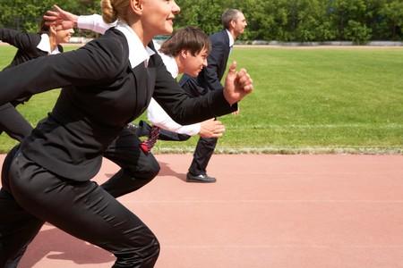 pista de atletismo: Imagen de empleados activos que se ejecuta por v�a de deporte
