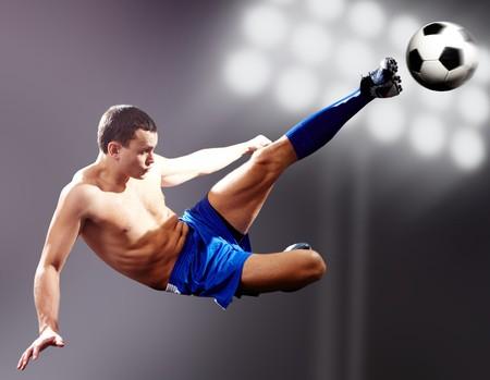 dinamismo: Pallone da calcio calciando calciatore professionista