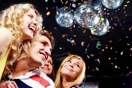 adolescentes riendo: Fotos de adolescentes emocionales riendo mientras que la gran fiesta Foto de archivo