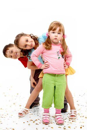 Portret van slim meisje voor haar vrienden gelukkig staan op witte achtergrond  Stockfoto